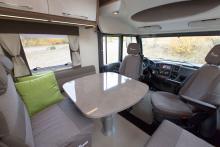 Storbord. Rymligt att sitta och stort bord. Ett delbart bord är dock bättre för smidigare passage.