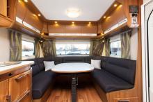 Klassisk. Rymlig och bekväm u-soffa längst fram i vagnen. De kan lyftas för enklare städning.