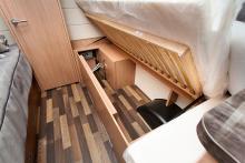 Under. Det finns gott om plats för packning under sängarna.
