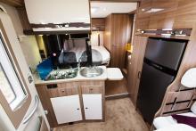 Ovanligt. Köket är det första man möter. Köksbänken, kylskåpet och matbordet funkar bra ihop.