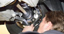 Chassit. Noggrann inspektion av chassits undersida där Anders lägger särskilt stor vikt vid skicket på drivlina och avgassystem samt att upptäcka eventuella sprickor och läckage.