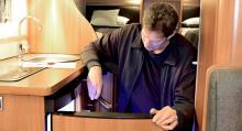 Kylskåp. Inspektion av kylskåp, som är en av de dyra komponenterna att byta ut. I detta fall fungerade kylskåpet felfritt.
