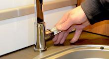 Kökskran. Kontroll av kökskranen. Vattnet ska pumpas fram i en strid ström och avrinningen ska ske utan stopp eller läckage på vägen.