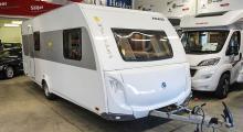 Knaus Lifestyle 550 LK (2015) Unik planlösning i loungestil och barliknande matbord mitt i vagnen. Våningssäng i aktern och fast dubbelsäng fram. Totalvikt 1500 kg. Pris 199 900 kr.