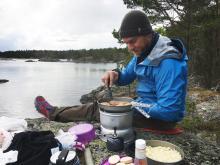 Jocke Tollin fixar lunchen på Torrö.