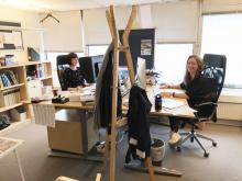 Maria basar över Ställplatsguiden och Kristin sköter layouten.
