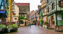 I Riquewihr ligger kända vinhus bredvid varandra på gatan.