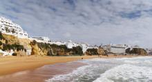 Morgon- eller kvällspromenad längs stranden i Albufeira tackar man inte nej till.