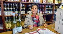 Frederique Braun på Dopff & Irion i Riquewihr låter kunderna provsmaka sig fram bland vinerna.