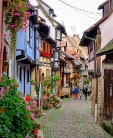I Eguisheim går gränderna i parallella cirklar mellan pastellfärgade hus som stöttar varandra.
