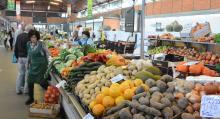 Tidigt på morgonen går det att köpa fisk av alla sorter. Men även färska grönsaker och frukt.