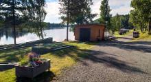 Campingen har 21 platser med elstolpe. Vattenpåfyllning vid uthuset på bild.