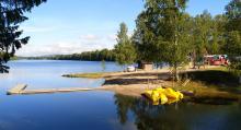 Badstranden i den lilla viken är mysig och här finns trampbåtar, bastu och badbrygga.