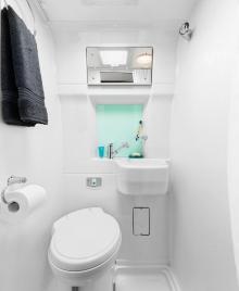 Toaletten och duschen känns som ett praktiskt våtutrymme.