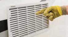 Undvik att spola vatten direkt mot ventilationsgaller samt fönster, solceller, takluckor, backkameror, drivaxlar och drivknutar.
