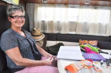 Irmi Schmidt skriver resedagbok och skriver noggrannt upp parets samtliga kostnader. Hon har även gott om tid för handarbete.
