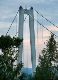 Pylonerna mäter 180 meter från vattenytan.