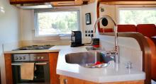 Köket har bra med avställningsytor och förutom kaffemaskin finns ugn och väderstation och förstås köksfläkt.