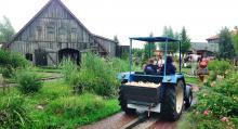 Lek. Barnen kan till och med köra traktor på området.
