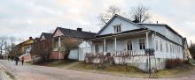 Ryska kvarter. Dessa trähus hörde till den ryska garnisonen. Nuförtiden används de flesta som bostäder.