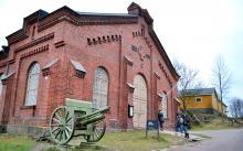 Krigsmuseet. Manegen byggdes under den ryska perioden 1880–1881 och den är ett intressant mål för historieintresserade.