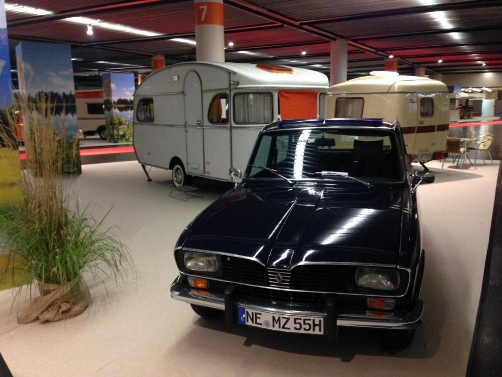 Bilen är en Renault 16 som drar en gammal goding...