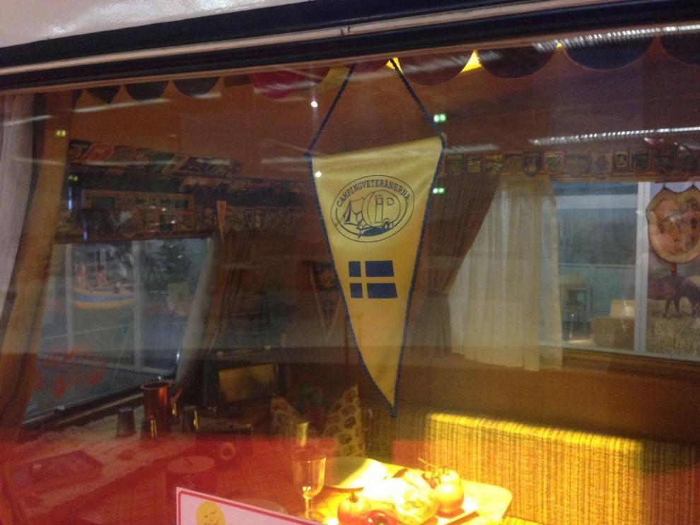 """Där det hängde en svensk vimpel med texten """"Campingveteranerna"""" i fönstret."""