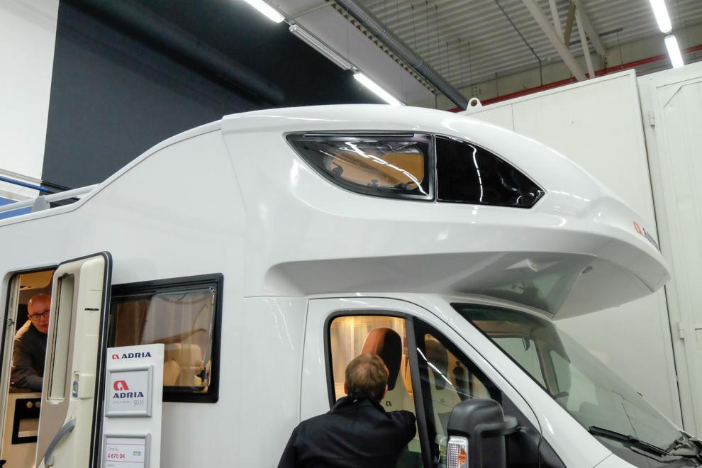 Modern och spetsig design på alkoven med kilformat fönster. Snyggt och aerodynamiskt!