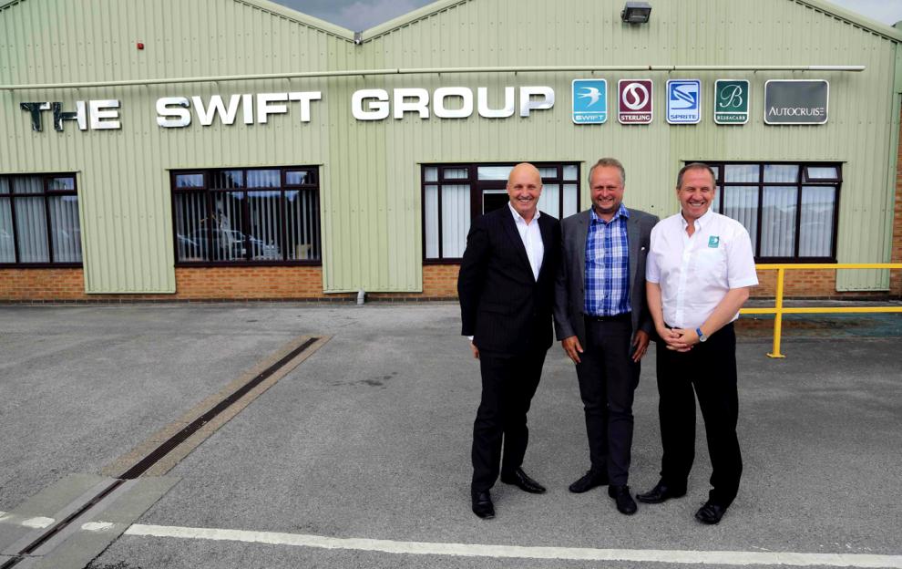 Nick Page, Magnus T Wetterö och Gary O´Brien utanför Swifts fabrik i Cottingham som är en av tillverkarens tre fabriker.