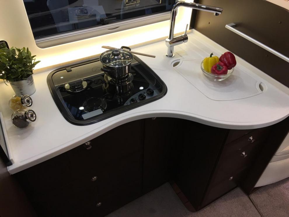 Köksbänken har bra arbetsytor och även bra med förvaring i lådor och skåp.