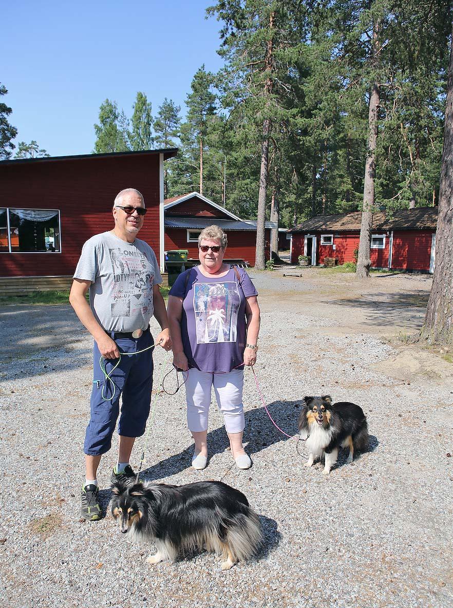 Ulf och Berit Backlund från Härnösand bor på Ava Camping för fjärde året i rad med sin husvagn, en Adria 552 UL, och hundarna Lisa och Saga. - Det är en jättefin camping vid havet som är bra för oss med hundar. Det är rymliga platser så man slipper vara alltför nära varandra. Sen är ju underhållningen och restaurangen också jättebra. Vi kommer att stanna några dagar för att sedan fortsätta söderut mot Uppsala, säger de.