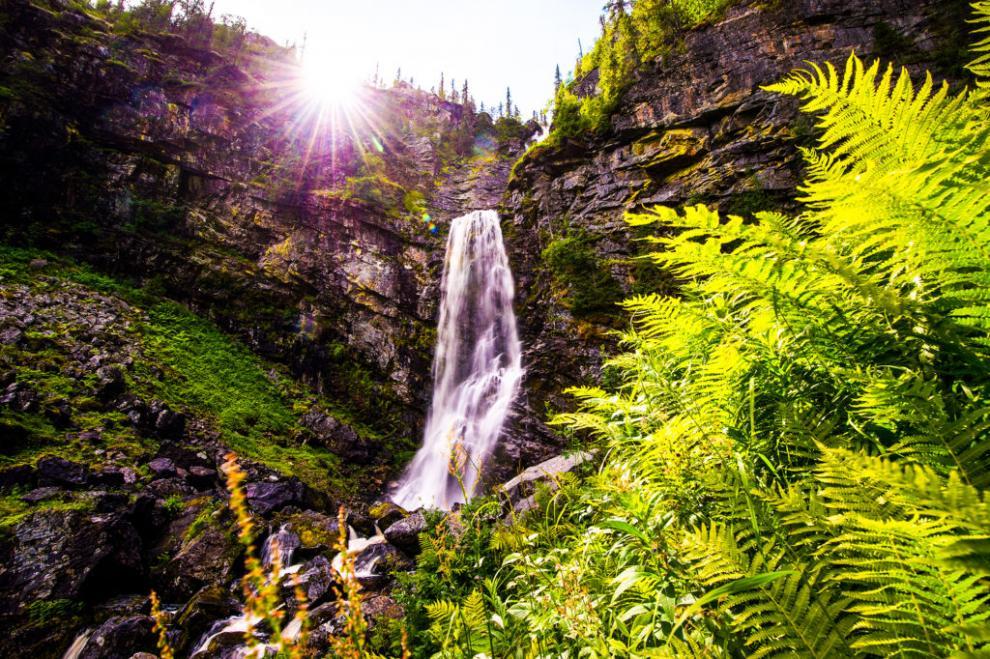 Det 60 meter höga Fettjeåfallet i Klövsjö bjuder på ett vidunderligt skådespel.
