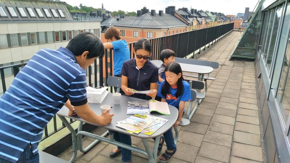 En kaffetår och lite bläddring i en svensk husbilstidning på förlagets balkong.
