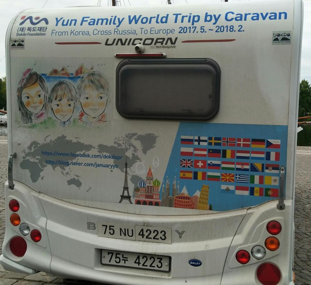 Flaggor från 32 länder som ska passeras under familjens 9 månader långa husvagnssemester.