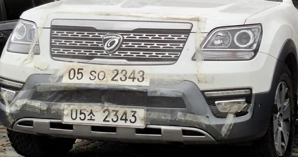 Skyddsplasten på bilen satt kvar, den sattes fast på grund av Sibiriens alla mygg och insekter.