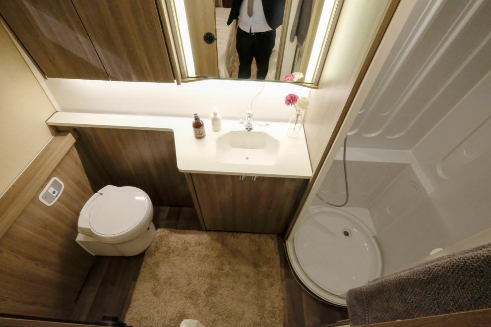 även om vi nästan glömde det spatiösa hygienutrymmet. Möjligen ska det i sammanhanget benämnas badrum. Visst är det en speciell husvagn? Men så är det en sextioårsspecial.