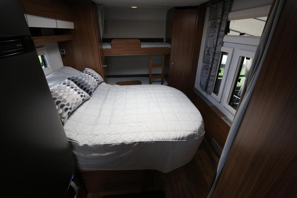 650 TDS-BK har både våningssängar och en tvärställd dubbelsäng