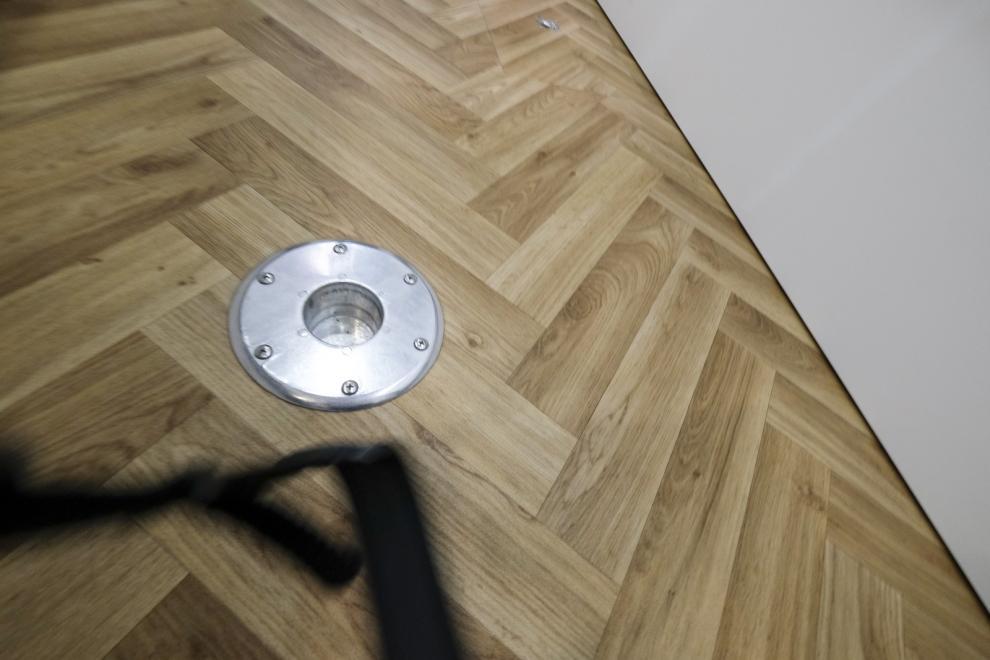 I golvet finns ankringspunkter. Det svarta är kameraremmen(sorry)