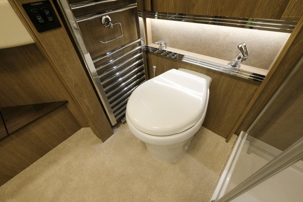 Toaletten har 250 liters tank.