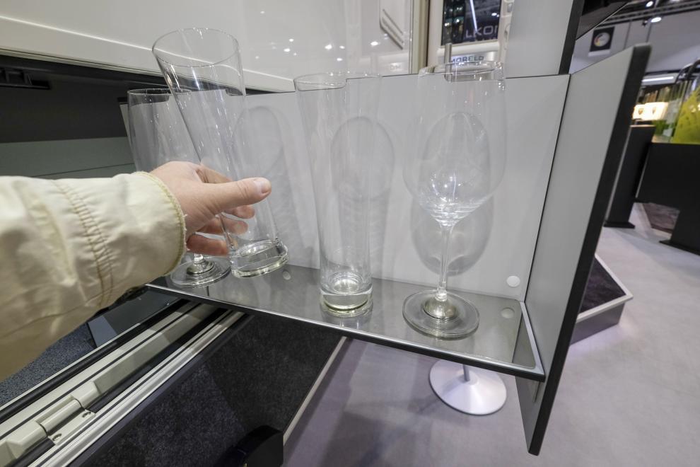 Glas mes ingjutna magneter fastnar på plåt, eller är det tvärt om?