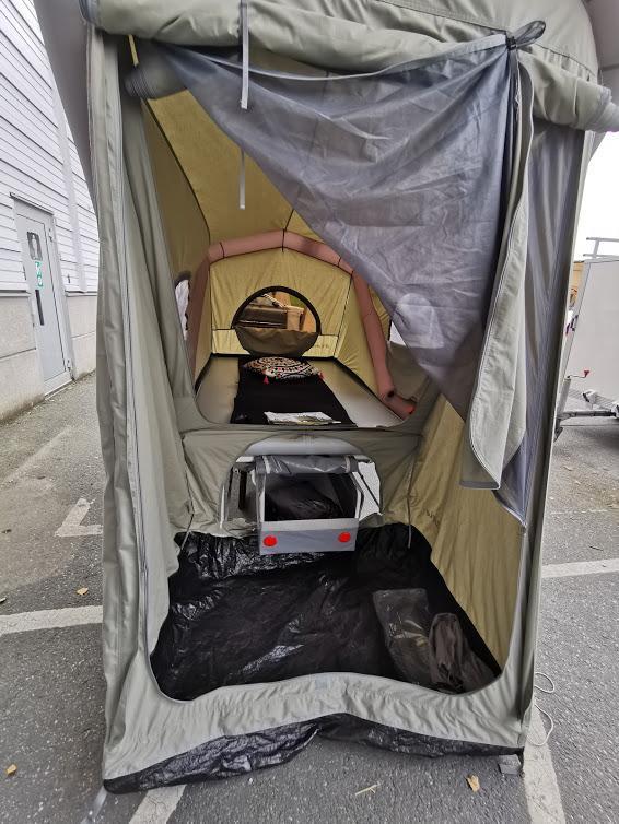 Förvaring under och ståhöjd för ombyte eller två små stolar. Myggnät och dörrar finns.