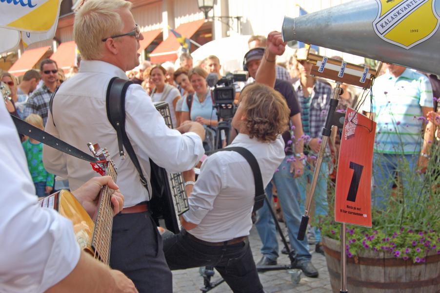 Folkfest i Mariefred när gatumusikanter intar staden
