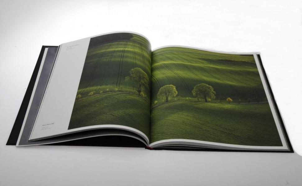 Boken har ett sobert svart omslag och är tryckt med en väldigt speciell teknik som ger ett utmärkt resultat.