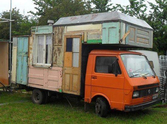 En husbil med många dörrar