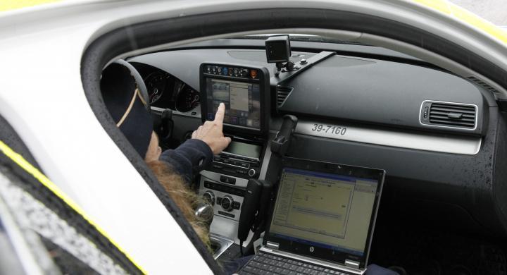 Polisen Carin Bauer visar hur ANPR fungerar i praktiken.