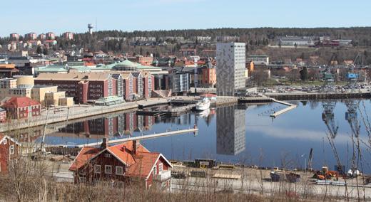 Markarbetena är i full gång. Området vid den gamla varvskajen ska bli nytt besöksnav i Örnsköldsviks inre hamn men inte så snabbt som planerat.