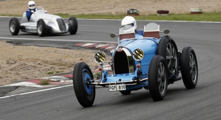 En klassiskt blå Bugatti tar en sväng på den skånska racingbanan RIng Knutstorp.