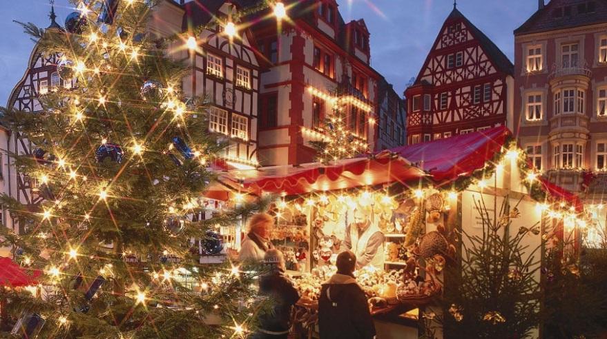 Julmarknad i fantastiska Bernkastel-Kues vid Mosel
