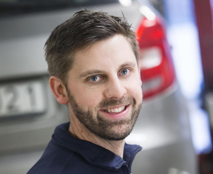 Fredrik på Bilprovningen AB är en av de som kontrollerar bilverkstädernas kvalitét