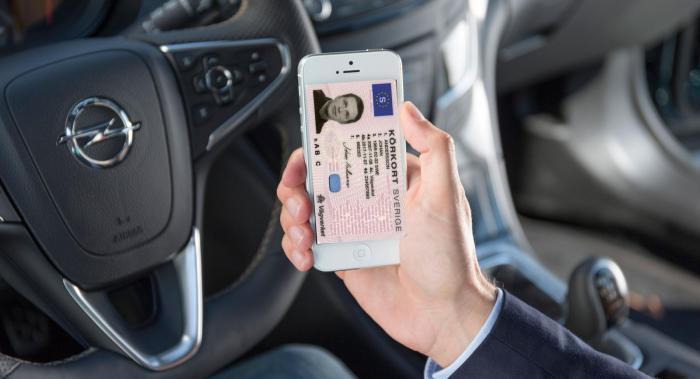 Smidigt och säkert med körkortet i mobilen? Bilden är ett montage.